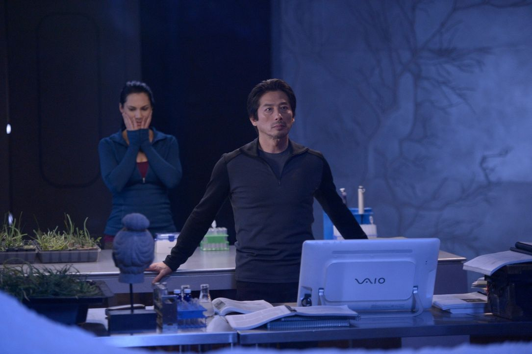 Während Hataka (Hiroyuki Sanada, r.) bereits ahnt, dass etwas weitaus Größeres auf sie zukommt, hofft Julia (Kyra Zagorsky, l.), noch Schlimmeres ve... - Bildquelle: 2014 Sony Pictures Television Inc. All Rights Reserved.
