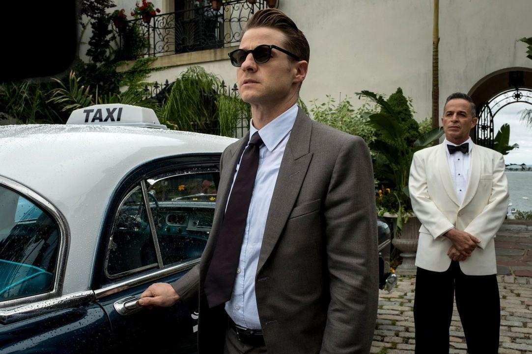 Gordon (Ben McKenzie, l.) begibt sich in Miami auf die Suche nach neuen Verbündeten. Unterdessen taucht eine alte Bekannte von Edward in Pinguins Cl... - Bildquelle: 2017 Warner Bros.