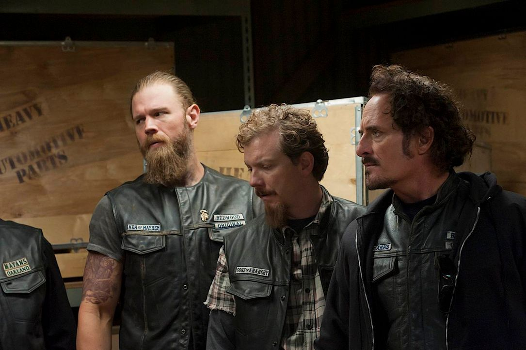 Opie (Ryan Hurst, l.), Miles (Frank Potter, M.) und Tig (Kim Coates, r.) verdächtigen die Wachen Phil und Rat des Diebstahls. Doch als diese alles l... - Bildquelle: 2011 Twentieth Century Fox Film Corporation and Bluebush Productions, LLC. All rights reserved.