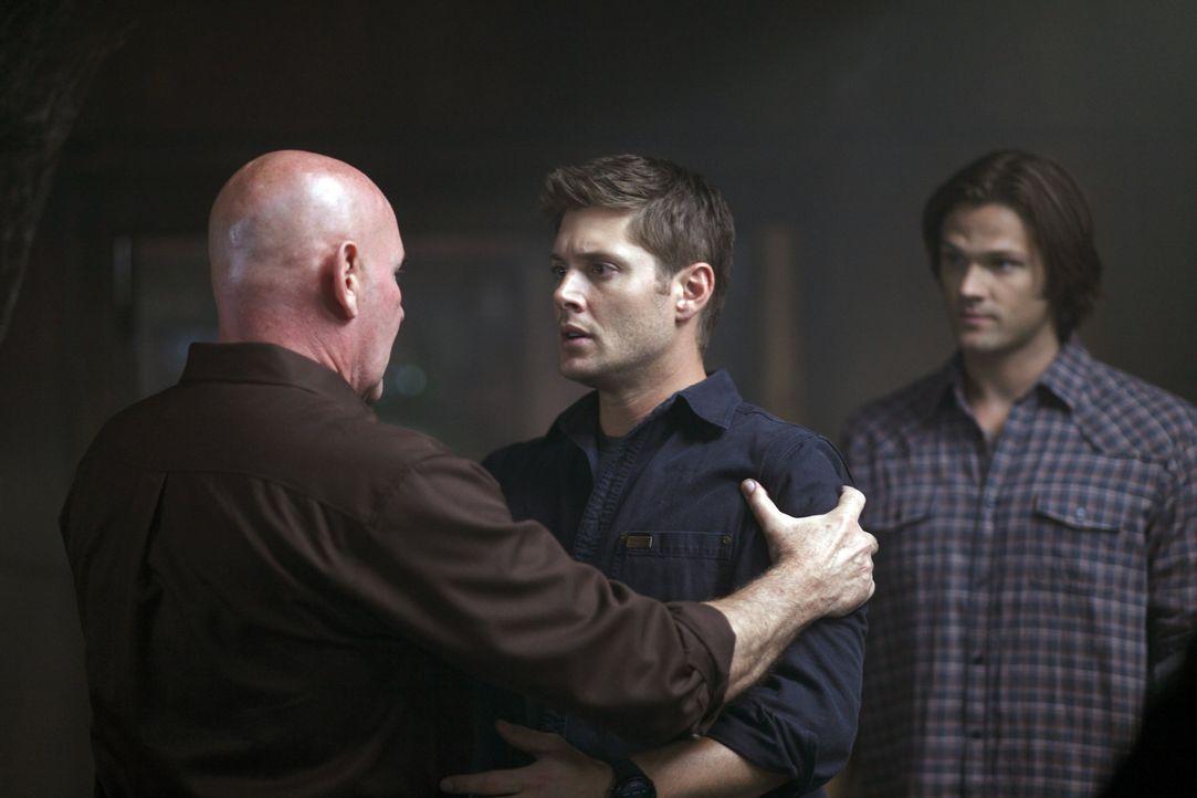 Als Dean (Jensen Ackles, M.) plötzlich Sam (Jared Padalecki, r.) wiedertrifft ist er geschockt, aber als dann sein Großvater Samuel Campbell (Mitch... - Bildquelle: Warner Bros. Television