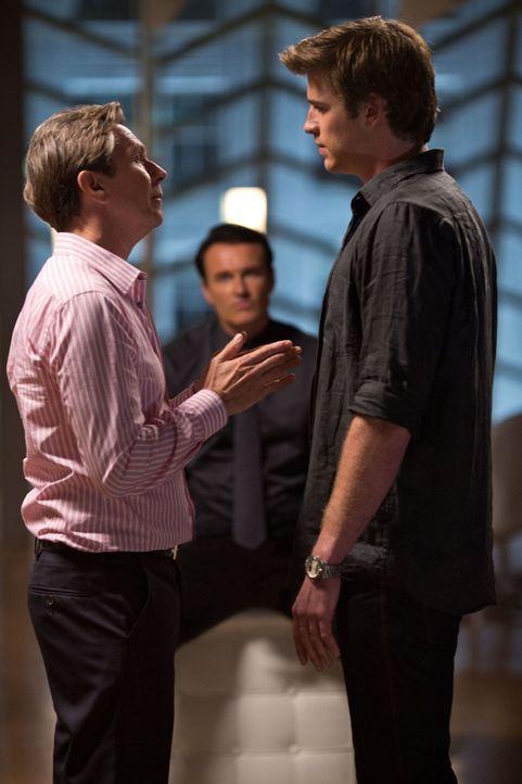 Nicholas Wyatt (Gary Oldman, l.) erpresst seinen Ex-Angestellten Adam Cassidy (Liam Hemsworth, r.) mit einem unmoralischen, aber sehr verlockendem A... - Bildquelle: 2012 Paranoia Acquisitions LLC. All rights reserved.