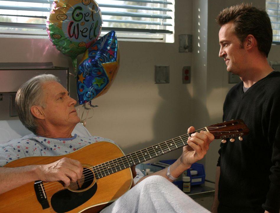 Treffen nach Jahren wieder aufeinander:  Gregory Marx (John Bennett Perry, l.) und sein Sohn (Murray (Matthew Perry, r.) ... - Bildquelle: Touchstone Television