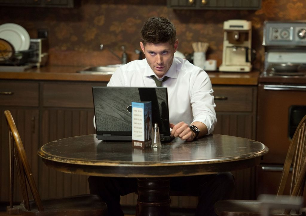 Dean (Jensen Ackles) ist sich sicher, dass ein Geist Schuld am Tod eines jungen Mädchens ist - doch dieses Mal scheint er auch seinen Feinden, den G... - Bildquelle: 2013 Warner Brothers
