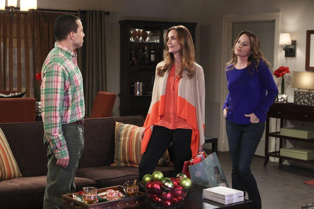 Während Alan (Jon Cryer, l.) auf Paulas (Paula Marshall, r.) Ex-Frau Rachel (Diane Farr, M.) trifft, verbringt Jenny eine stürmische Nacht mit der a... - Bildquelle: Warner Brothers
