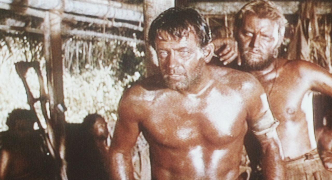 Der Amerikaner Shears (William Holden, l.) plant seine Flucht aus dem Kriegsgefangenenlager ...