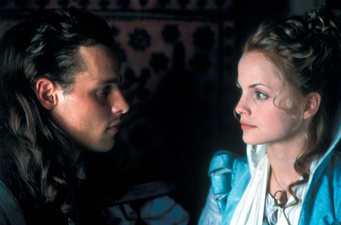 Gemeinsam nehmen D'Artagnan (Justin Chambers, l.) und Francesca (Mean Suvari, r.) den Kampf gegen den Kardinal und seine Handlanger auf ... - Bildquelle: MDP Worldwide