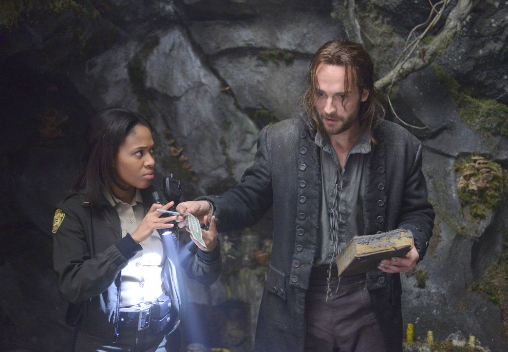 Nehmen gemeinsam den Kampf gegen die dunklen Mächte in Sleepy Hollow auf: Ichabod Crane (Tom Mison, r.) und Lt. Abbie Mills (Nicole Beharie, l.) ... - Bildquelle: 2013 Twentieth Century Fox Film Corporation. All rights reserved.