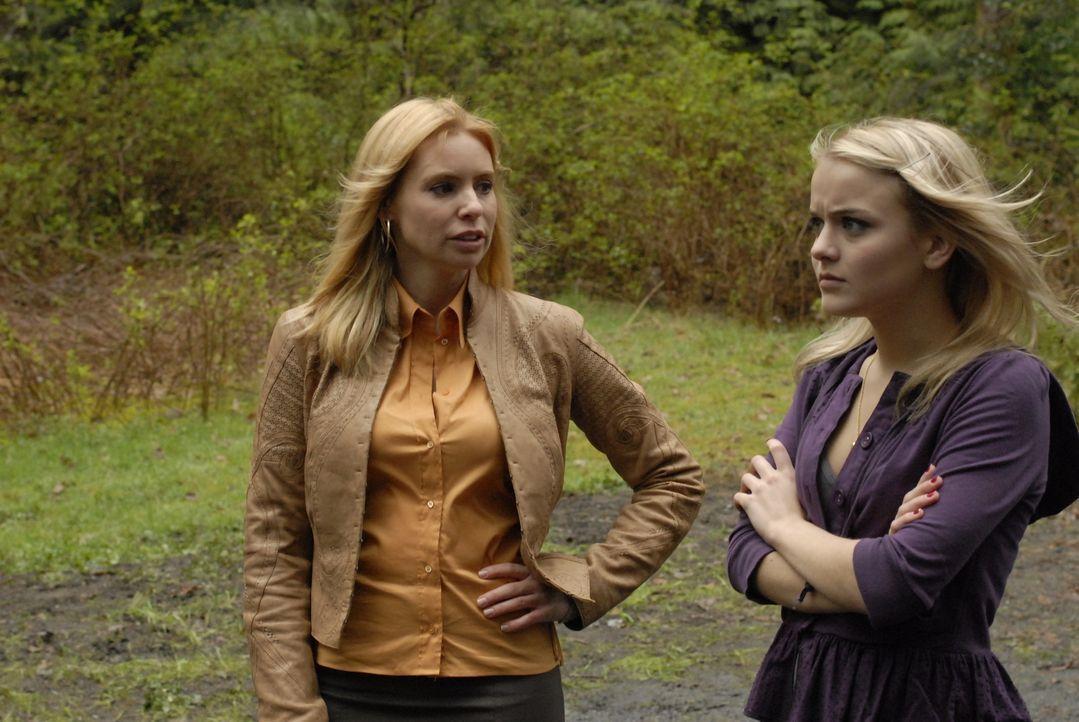 Jack Carters Ex-Frau Abby (Olivia D'Abo, l.) taucht plötzlich in Eureka auf um ihre Tochter Zoe (Jordan Hinson, r.) mit zu sich nach Los Angeles zu... - Bildquelle: Universal Television