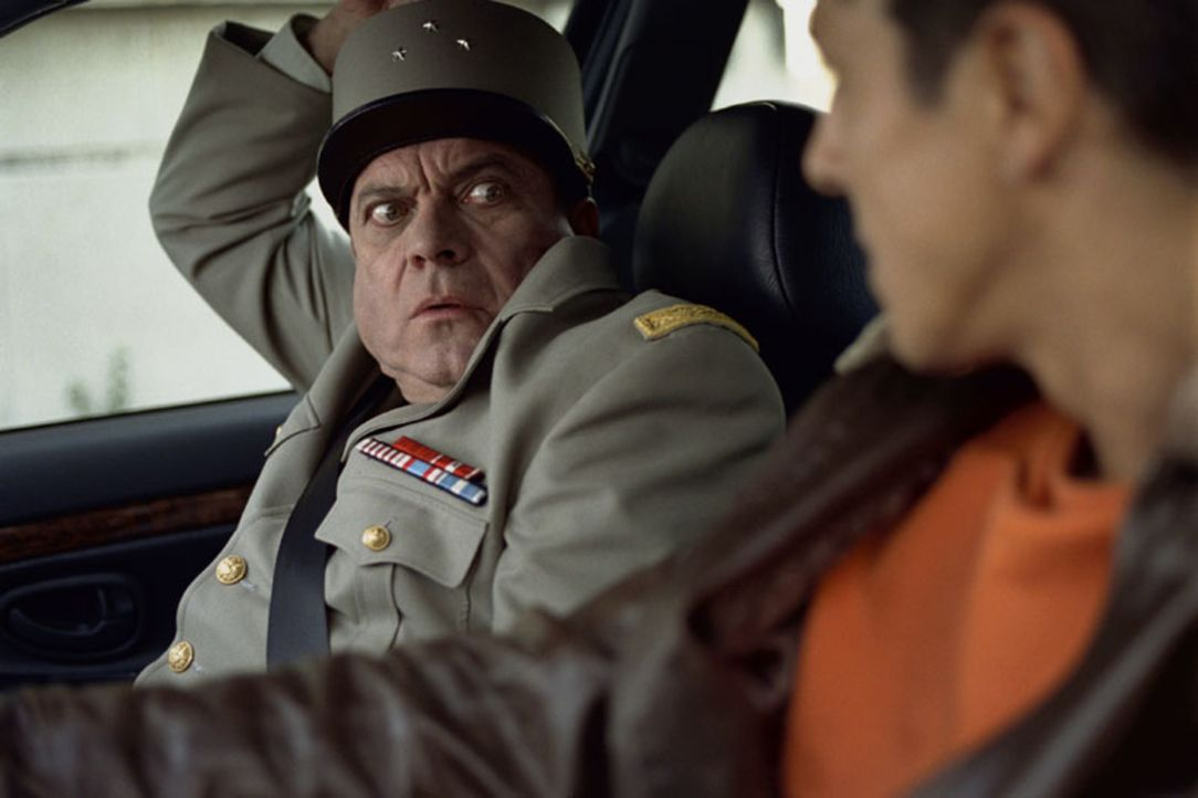 Général Edmond Bertineau (Jean-Christophe Bouvet, l.); Daniel Morales (Samy Naceri, r.) - Bildquelle: Tobis Film GmbH & Co. KG