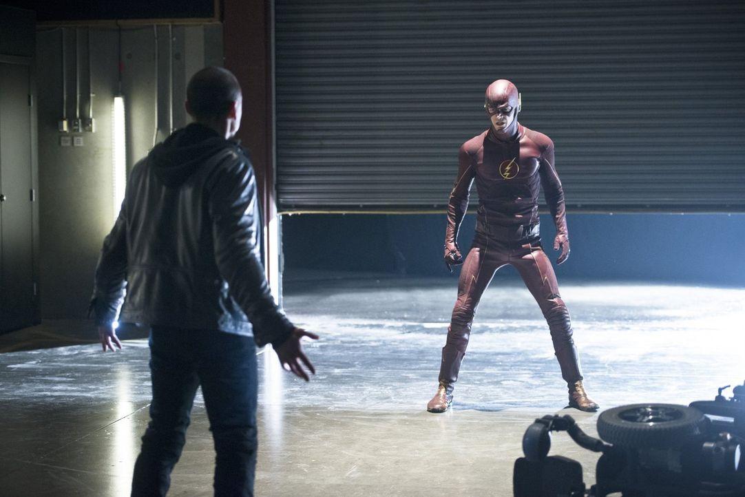 Nimmt es mit Farooq alias Blackout (Michael Reventar, l.) auf, einem Übermenschen, der sich Elektrizität zunutze machen kann: The Flash (Grant Gusti... - Bildquelle: Warner Brothers.
