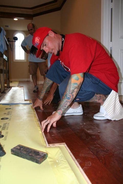 Voller Elan macht sich Rob alias Vanilla Ice an die Arbeit. Nach und nach zaubern er und sein Team bewohnbare und schöne Räume ... - Bildquelle: 2010, DIY Network/Scripps Networks, LLC.  All Rights Reserved