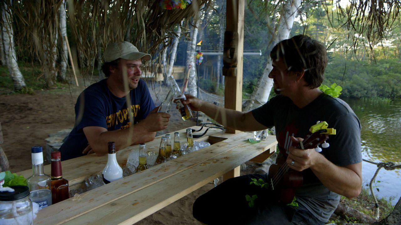 Mit einer Tiki-Bar, einer offenen Feuerstelle und tropischen Cocktails lassen Kevin (l.) und Andrew (r.) nichts unversucht ... - Bildquelle: Brojects Ontario Ltd./Brojects NS Ltd