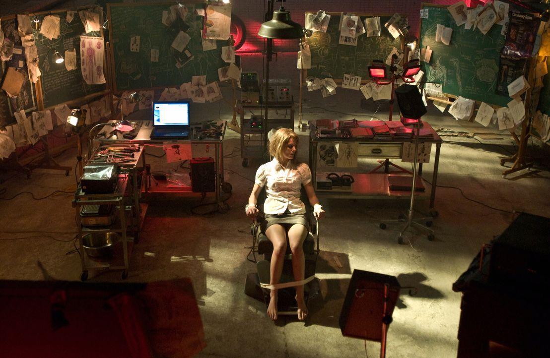 In der Gewalt eines Serienkillers, der seine Opfer immer wieder tötet, dann wiederbelebt, um sie erneut töten zu können: eine junge Frau (Whitney La... - Bildquelle: Warner Bros. Television