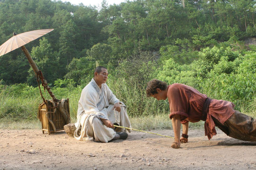 Als dem Mönch (Jet Li, l.) bewusst wird, wen er da vor sich hat, tut er alles, um Jason (Michael Angarano, r.) auf seine überaus wichtige Aufgabe vo... - Bildquelle: 2008 J&J Project LLC. ALL RIGHTS RESERVED.