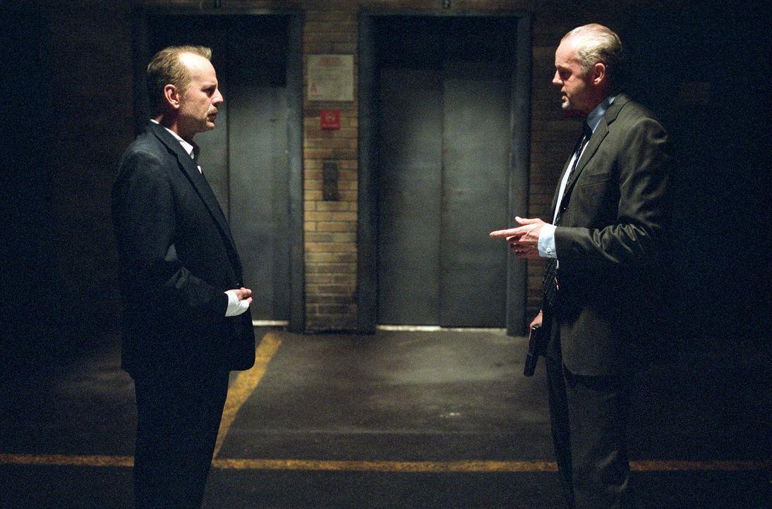 Der Polizist Jack Mosley (Bruce Willis, l.) soll den Ganoven Eddie Bunker vom Revier zum Gericht bringen. Das aber möchte sein Kollege Detective Fra... - Bildquelle: Nu Image