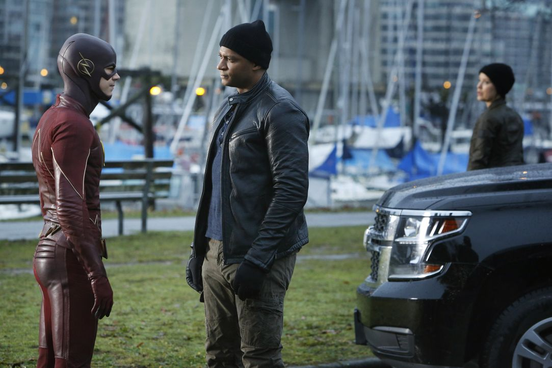 Als Digs (David Ramsey, r.) nach Central City kommt, um Barry alias The Flash (Grant Gustin, l.) vor der Rückkehr des King Sharks zu warnen, kommt d... - Bildquelle: Warner Bros. Entertainment, Inc.
