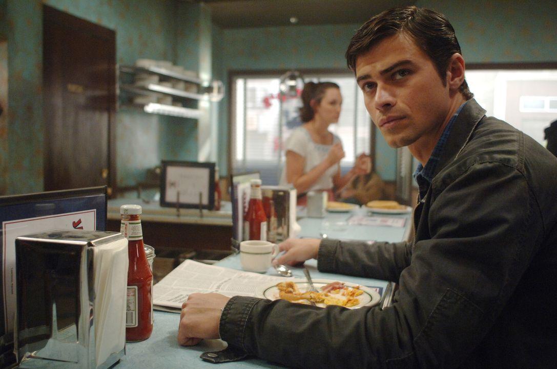 Dean wird von Castiel in die Vergangenheit zurückgeschickt und trifft dort seine Eltern Mary und John (Matt Cohen, r.), die sich gerade ineinander v... - Bildquelle: Warner Bros. Television