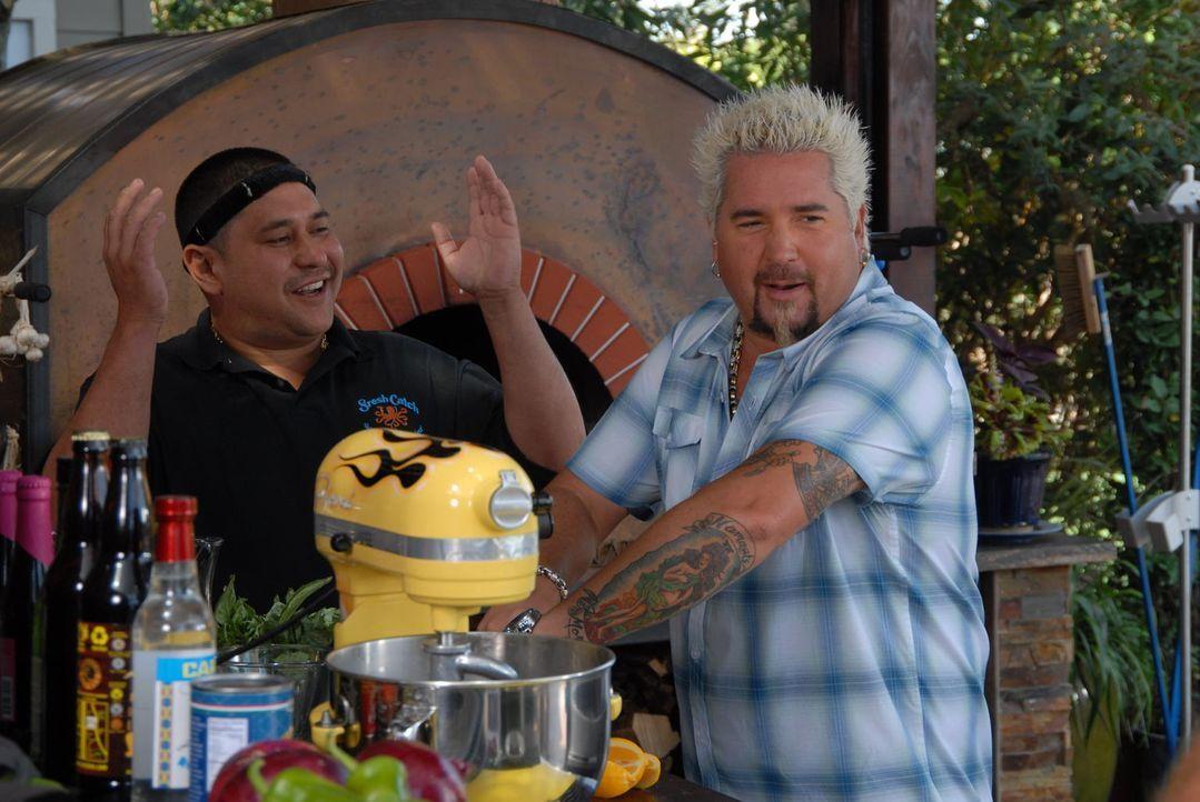 Guy Fieri (r.) kreiert ein Surf'n'Turf Menü der besonderen Art ... - Bildquelle: 2012, Television Food Network, G.P. All Rights Reserved.