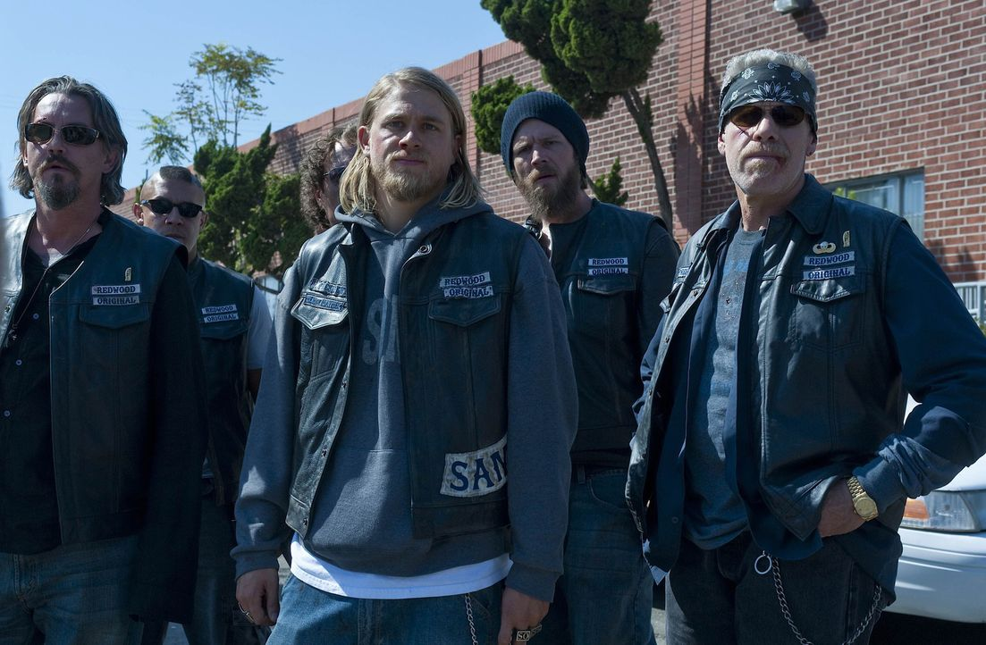 Die Sons of Anarchy, angeführt von Clay (Ron Perlman, r.) und seinem Vize Jax (Charlie Hunnam, 2.v.r.), wollen die Sache endlich zu Ende bringen ... - Bildquelle: 2009 Twentieth Century Fox Film Corporation and Bluebush Productions, LLC. All rights reserved.