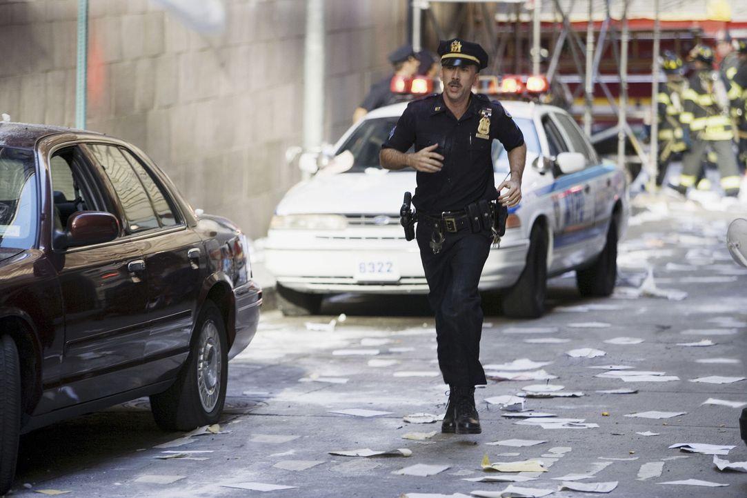 Wie tausende anderer eilt John McLoughlin (Nicolas Cage) zum World Trade Center, um zu helfen. Doch auf dem Weg zu helfen, wird er unter den Trümme... - Bildquelle: TM &   Paramount Pictures. All Rights Reserved.