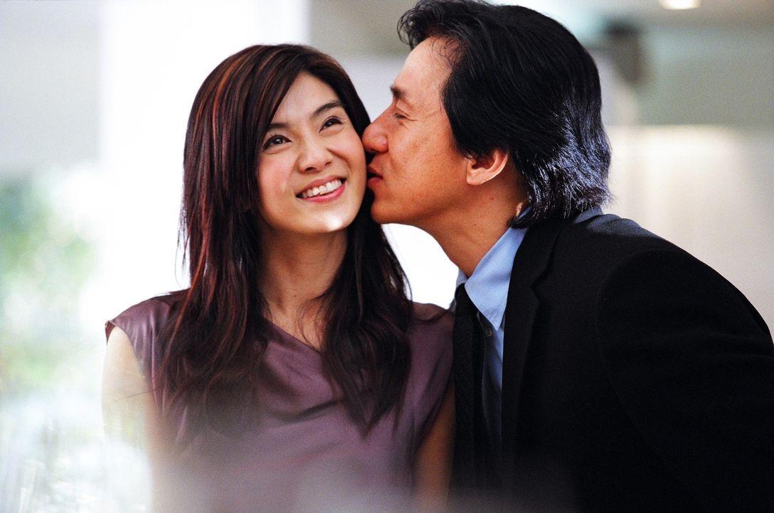 Während Inspektor Wing (Jackie Chan, r.) den Geburtstag seiner Freundin Ho Yee (Charlie Yeung, l.) feiert, organisiert sich das Böse ein mörderische... - Bildquelle: E.M.S.