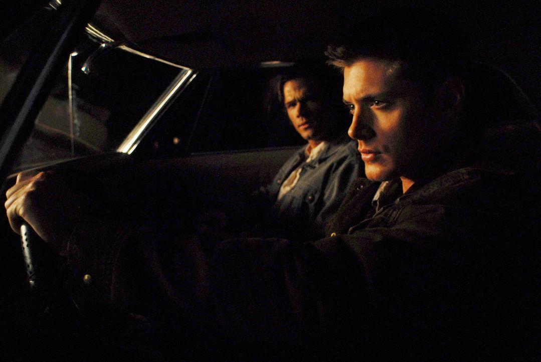 Dean Winchester (Jensen Ackles, r.) ist in der Hölle erwacht und sucht seinen Bruder Sam (Jared Padalecki, l.) auf, der kaum glauben kann, dass er d... - Bildquelle: Warner Bros. Television