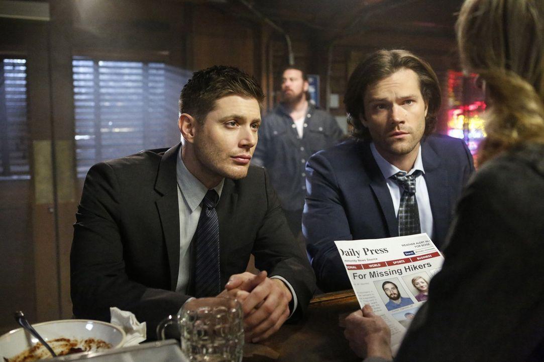 Auf der Suche nach zwei vermissten Wanderern stoßen Dean (Jensen Ackles, l.) und Sam (Jared Padalecki, r.) auf Werwölfe und diese wollen ihre Beute... - Bildquelle: 2014 Warner Brothers