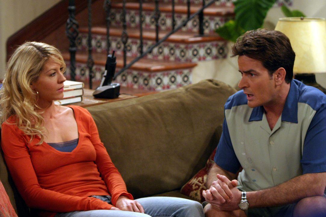 Charlie (Charlie Sheen, r.) kommt damit nicht klar, dass Frankie (Jenna Elfman, l.) nichts von ihm, sondern von seinem Bruder Alan will ... - Bildquelle: Warner Brothers Entertainment Inc.