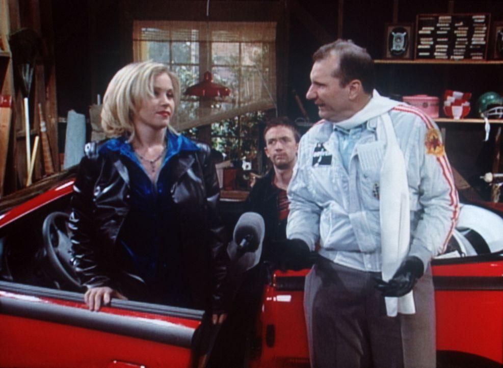 Verrat nach dem Tod seines Dodge: Al (Ed O'Neill, r.) hat einen neuen Sportwagen geleast. - Bildquelle: Sony Pictures Television International. All Rights Reserved.