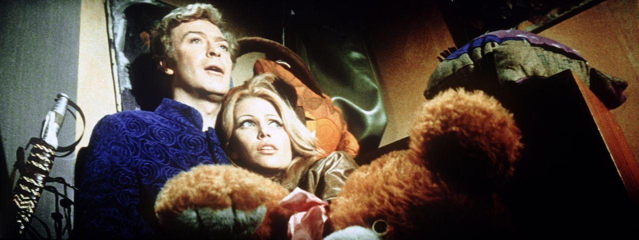 Zwar ist Charlie Croker (Michael Caine, l.) sein Diebesgut am wichtigsten, doch die schöne Lorna (Margaret Blye, r.) steht gleich an nächster Stelle...