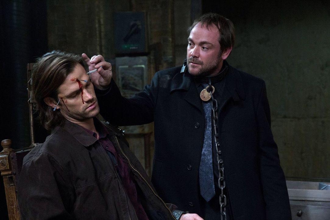 Die Tortur, die Crowley (Mark Sheppard, r.) verwendet, um Gadreel (Jared Padalecki, l.) von Sam zu trennen, zerrt an Deans Nerven. Wird sie auch erf... - Bildquelle: 2013 Warner Brothers