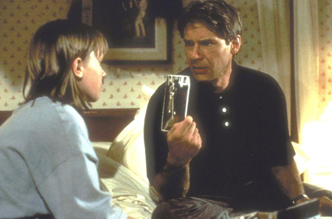 Sarah (Annette Bening, l.) und Henry (Harrison Ford, r.) schauen sich alte Fotos an, um Henrys Gedächtnislücken zu füllen ... - Bildquelle: United International Pictures