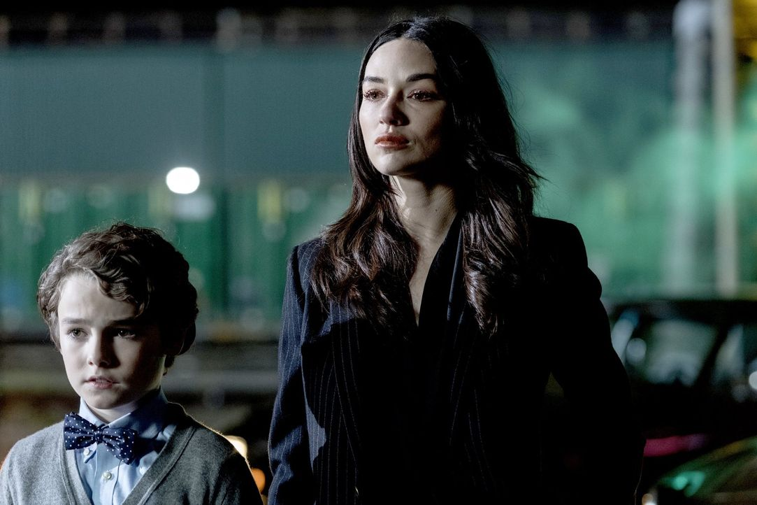 Sofia (Crystal Reed, r.) will den jungen Martin (Christopher Convery, l.), der einzige Mensch, der Pinguin etwas zu bedeute scheint, benutzen, um ih... - Bildquelle: 2017 Warner Bros.