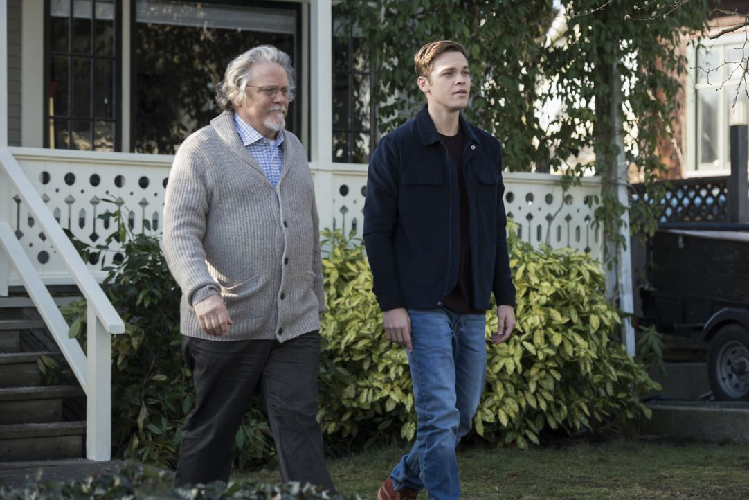 Donatello Redfield (Keith Szarabajka, l.); Jack (Alexander Calvert, r.) - Bildquelle: Dean Buscher 2018 The CW Network, LLC All Rights Reserved / Dean Buscher