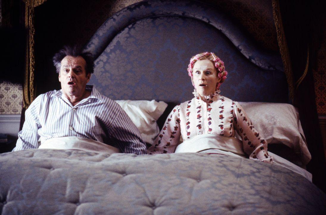 Präsident Dale (Jack Nicholson, r.) und seine Frau Dale (Glenn Close, l.) sitzen erschrocken in ihrem Bett ... - Bildquelle: Warner Bros. Pictures