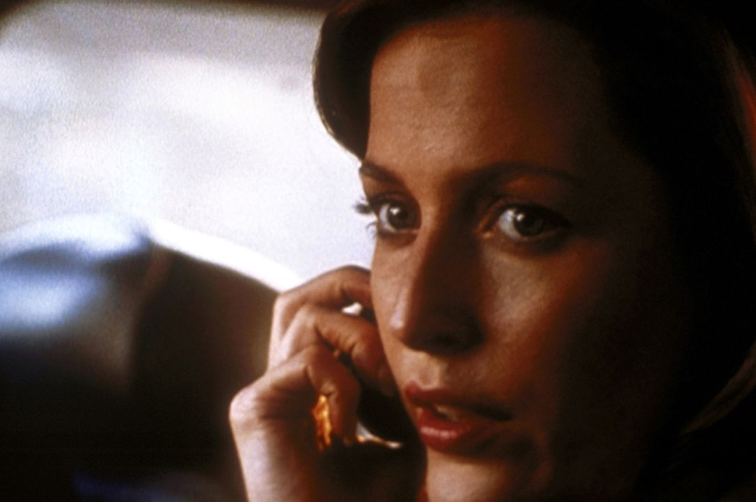 Noch ahnt Scully (Gillian Anderson) nicht, dass sie einen verhängnisvollen Fehler begeht, als sie dem Raucher vertraut ... - Bildquelle: TM +   2000 Twentieth Century Fox Film Corporation. All Rights Reserved.