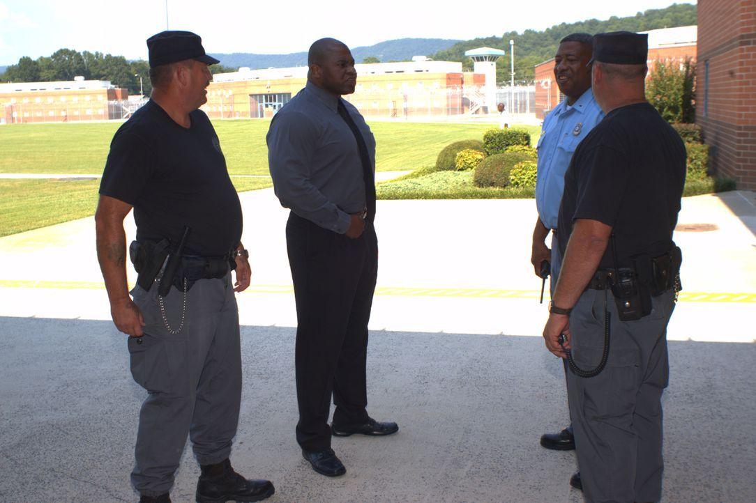 Der stellvertretende Direktor Cedric Taylor (2.v.l.) bespricht mit seinen Kollegen neue Vorgehensweisen, denn vor einem Monat wurde ein Wärter attac... - Bildquelle: Derek Bell part2 pictures
