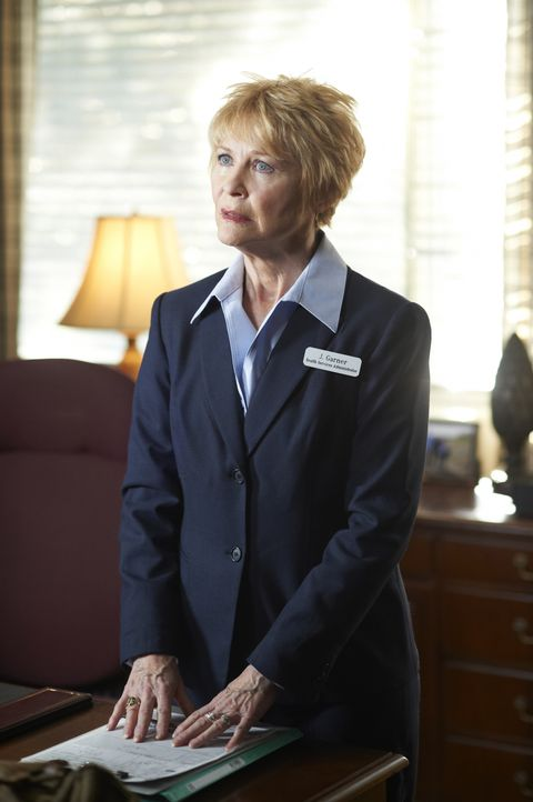 Mrs. Garner (Dee Wallace) - Bildquelle: Ken Woroner 2012 Universal Network Television LLC. ALL RIGHTS RESERVED. / Ken Woroner
