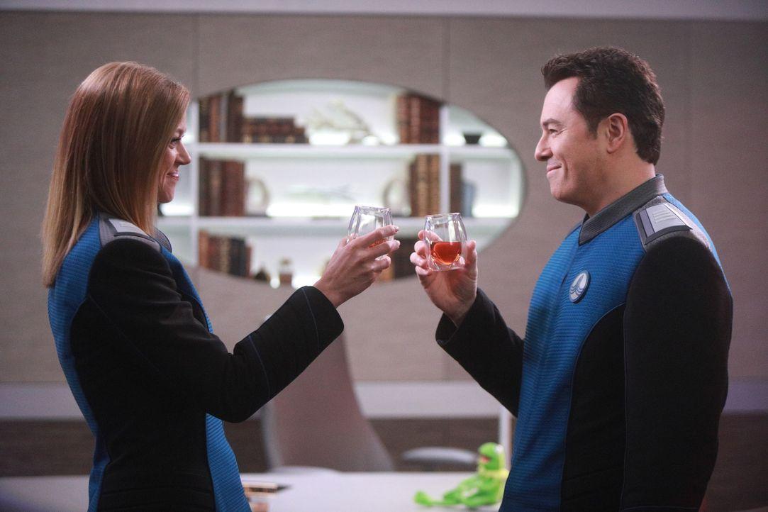 Commander Kelly Grayson (Adrianne Palicki, l.); Captain Ed Mercer (Seth MacFarlane, r.) - Bildquelle: 2019 Twentieth Century Fox Film Corporation. All rights reserved.