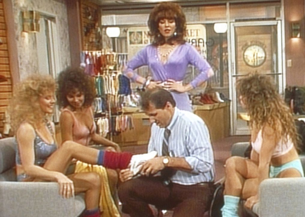 Al (Ed O'Neill, 2.v.r.) ist in seinem Element, als er drei gut gebaute Aerobic-Tänzerinnen bedient. Peggy (Katey Sagal, M.) beobachtet das selbstlos... - Bildquelle: Sony Pictures Television International. All Rights Reserved.