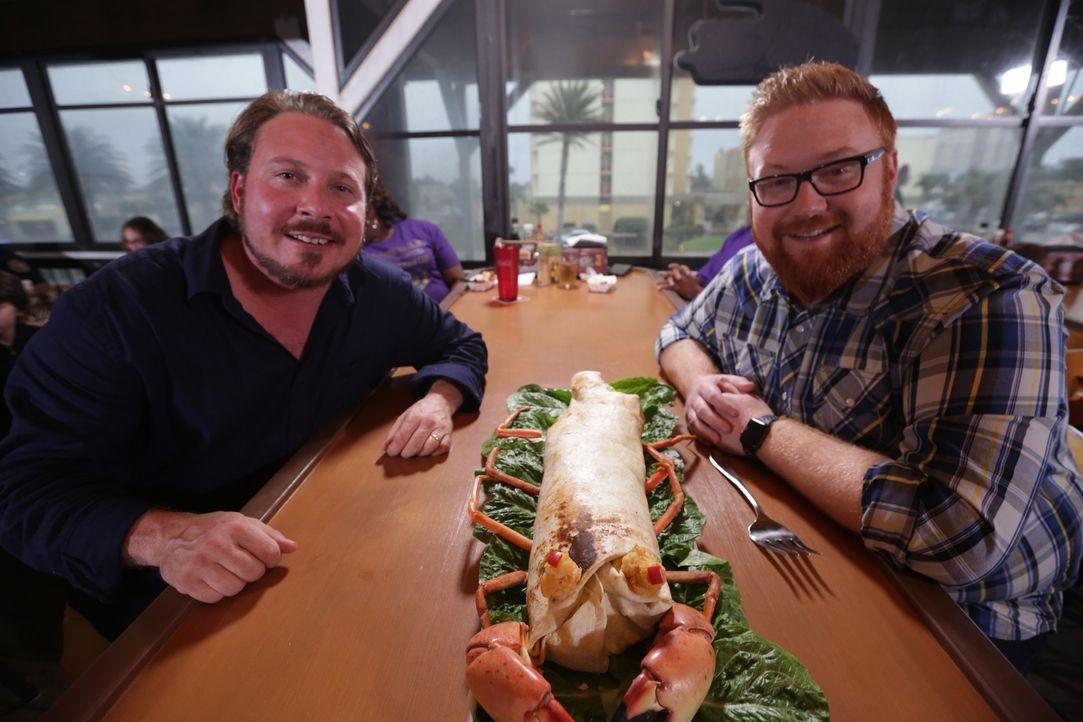 Jason Arteaga (l.) ist gespannt, was Josh Denny (r.) zu seinem Sea Monster sagen wird: ein Burrito, das aus vier verschiedenen Fischsorten und Meere... - Bildquelle: 2017,Television Food Network, G.P. All Rights Reserved.