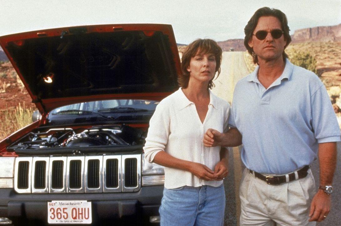 Mitten in der Wüste hat das Auto von Jeff (Kurt Russell, r.) und seiner Frau (Kathleen Quinlan, l.) eine Panne. Amy erklärt sich bereit, Hilfe bei d... - Bildquelle: Paramount Pictures