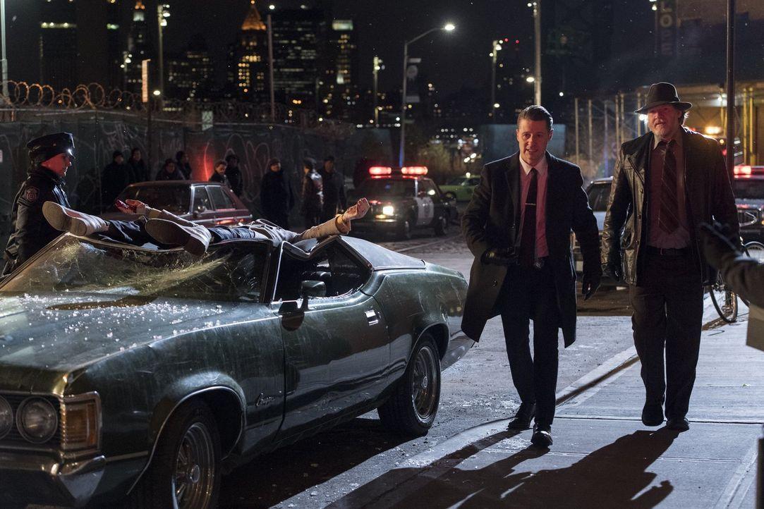 Während Gordon (Ben McKenzie, l.) und Bullock (Donal Logue, r.) einen neuen Plan entwickeln, um die Arkham-Insassen dingfest zu machen, findet Barba... - Bildquelle: 2017 Warner Bros.