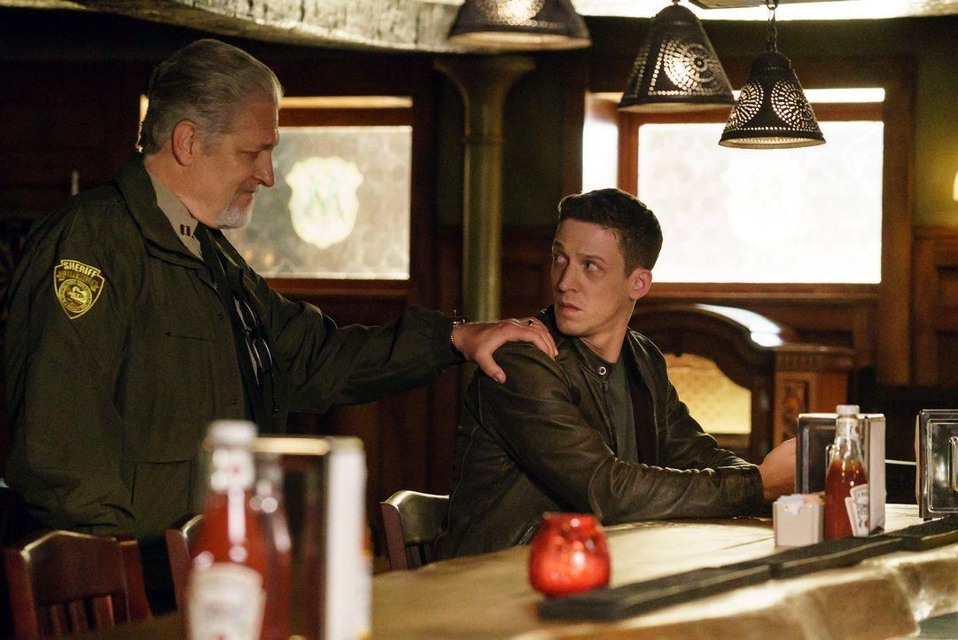 Ein unerwartetes Wiedersehen auf einer anderen Ebene: Sheriff Corbin (Clancy Brown, l.) und Joe (Zach Appelman, r.) ... - Bildquelle: 2015-2016 Fox and its related entities.  All rights reserved.
