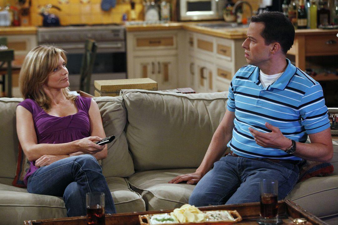 Nachdem Alan (Jon Cryer, r.) das Haus seiner Freundin Lyndsey (Courtney Thorne-Smith, l.) abgefackelt hat, kehren sie gemeinsam zu Charlie zurück, w... - Bildquelle: Warner Bros. Television