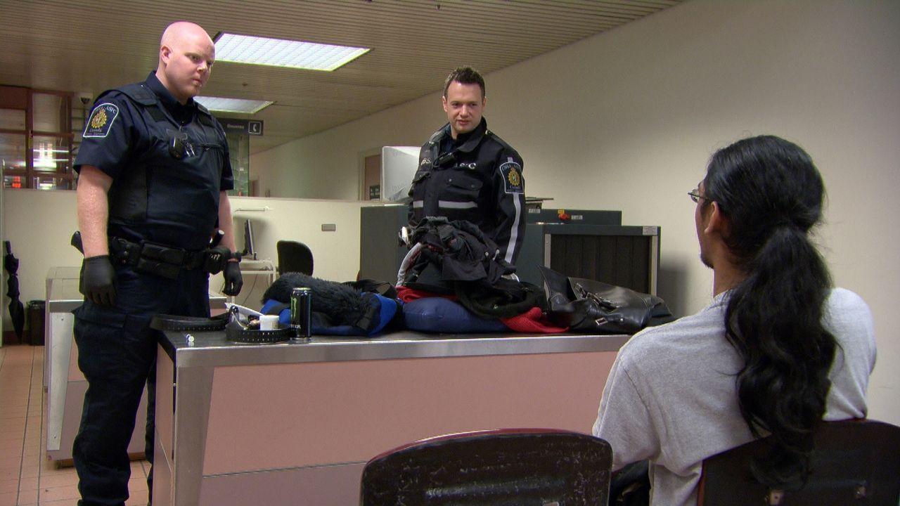 Nicht immer angenehm: Die Arbeit der Grenzbeamten bei ihrer täglichen Arbeit beim Zoll ... - Bildquelle: Force Four Entertainment / BST Media 2 Inc.
