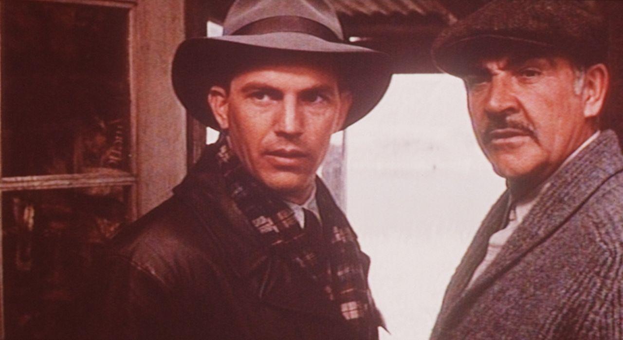 Jimmy Malone (Sean Connery, r.) bringt dem Spezialagent Eliot Ness (Kevin Costner, l.) die Grundregeln des Straßenkampfs bei ... - Bildquelle: Paramount Pictures