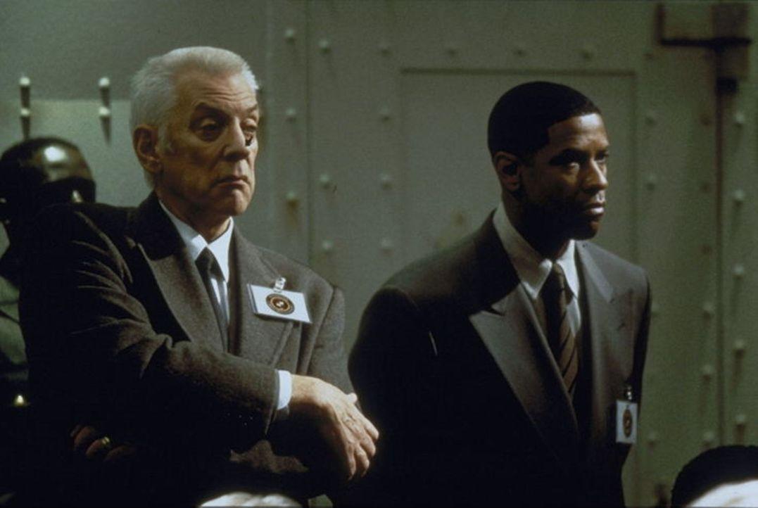 Auch Detective John Hobbes (Denzel Washington, r.) selbst wird von seinem Vorgesetzten (Donald Sutherland, l.) aus dem Kreis der Verdächtigen nicht... - Bildquelle: Warner Brothers