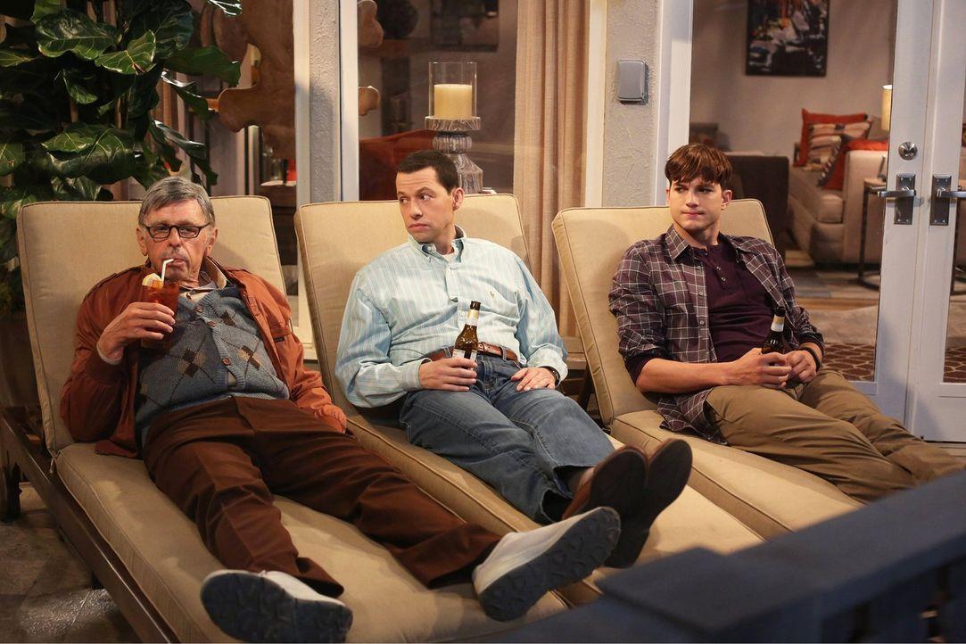 Sid Olsen (Jon Cryer, l.),  Alan Harper (Jon Cryer, M.) und Walden (Ashton Kutcher, r.) führen wichtige Männergespräche ... - Bildquelle: Warner Bros. Television