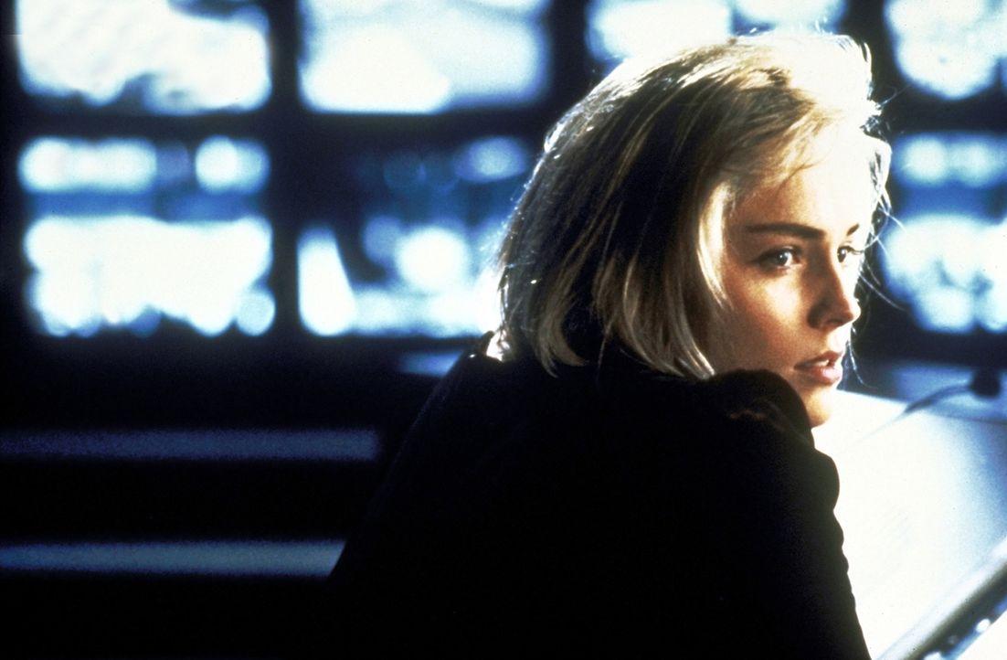 Eines Tages entdeckt Carly (Sharon Stone) zufällig Zekes voyeuristische Neigungen: Von einer Schaltzentrale aus kann in die Wohnungen seines Hochhau... - Bildquelle: Paramount Pictures